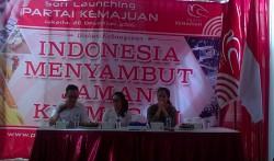 dr. Claudia Suradjaja (tengah)
