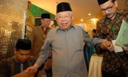 Ketua Majelis Ulama Indonesia (MUI) terpilih, Ma'ruf Amin (tengah) berjalan meniti tangga ketika penutupan Musyawarah Nasional (Munas) IX MUI di Surabaya, Jawa Timur, Kamis (27/8) dini hari. Ma'ruf Amin terpilih menjadi ketua MUI periode 2015-2020 secara musyawarah mufakat melalui tim formatur menggantikan Din Syamsuddin. ANTARA FOTO/M Risyal Hidayat/foc/15.
