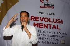 Calon Presiden Dari Partai PDI-P Joko Widodo menghadiri deklarasi revolusi mental untuk pencapresan dirinya yang di adakan oleh Komunitas Sahabat Jokowi Presiden 2014 di Jakarta, Sabtu (17/5). Dalam sambutannya Jokowi menyebut Bakal pendampingnya yaitu ada dua nama yang depannya inisialnya 'J'. Satu lagi inisialnya 'A' yang akan diputuskan malam nanti setelah solat Istiqoroh. FOTO : RANDY TRI KURNIAWAN/RM